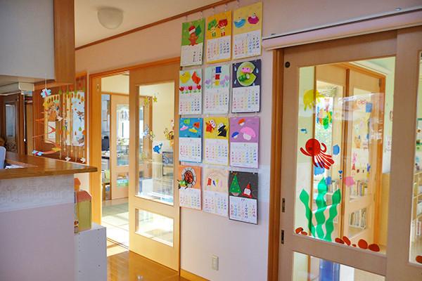 玄関からの保育室2部屋の様子